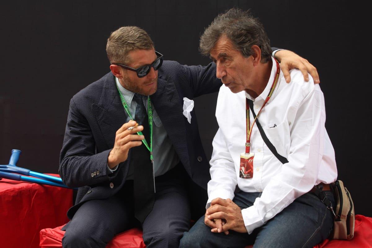 Muotialalla nykyisin vaikuttava Lapo Elkann ja Pino Allievi keskustelemassa Interlagosin varikkoalueella Brasiliassa 2014. Lapo Elkann on Ferrarin nykyisen puheenjohtajan John Elkannin pikkuveli. Veljekset kuuluvat kuuluisaan Agnellin sukuun, sillä heidän äitinsä on autojätti Fiatia vuosina 1966–1996 johtaneen Gianni Agnellin tytär.