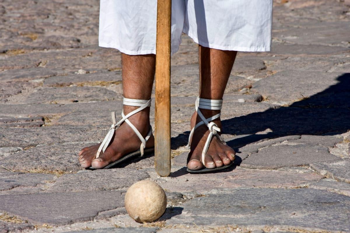 Hurache-sandaalit ja pallo