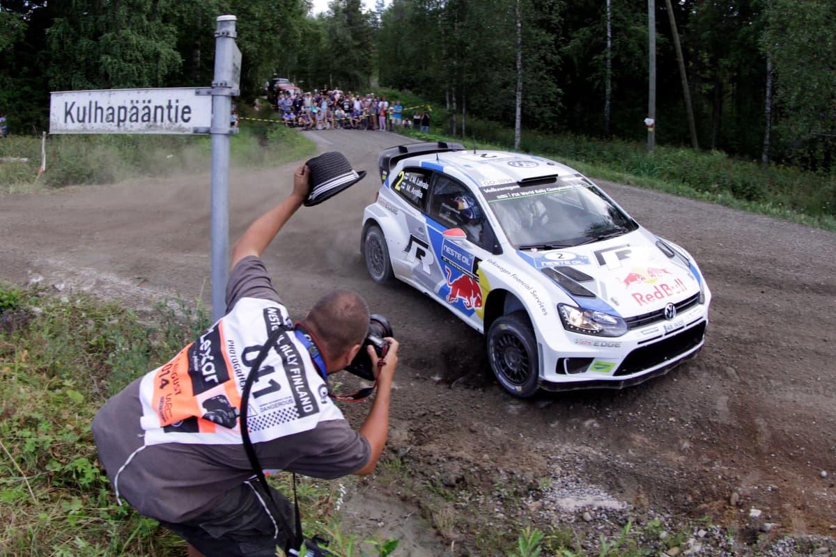 Kuvaaja nostaa hattua ohi kiitävälle Jari-Matti Latvalalle 2014 Jyväskylän MM-rallissa.