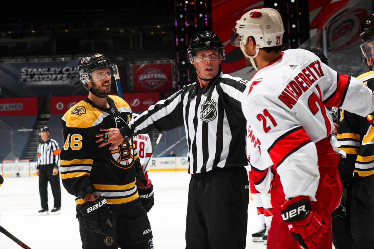 Boston Bruinsin ja Carolina Hurricanesin ottelussa tuomarien toimet nousivat esille.