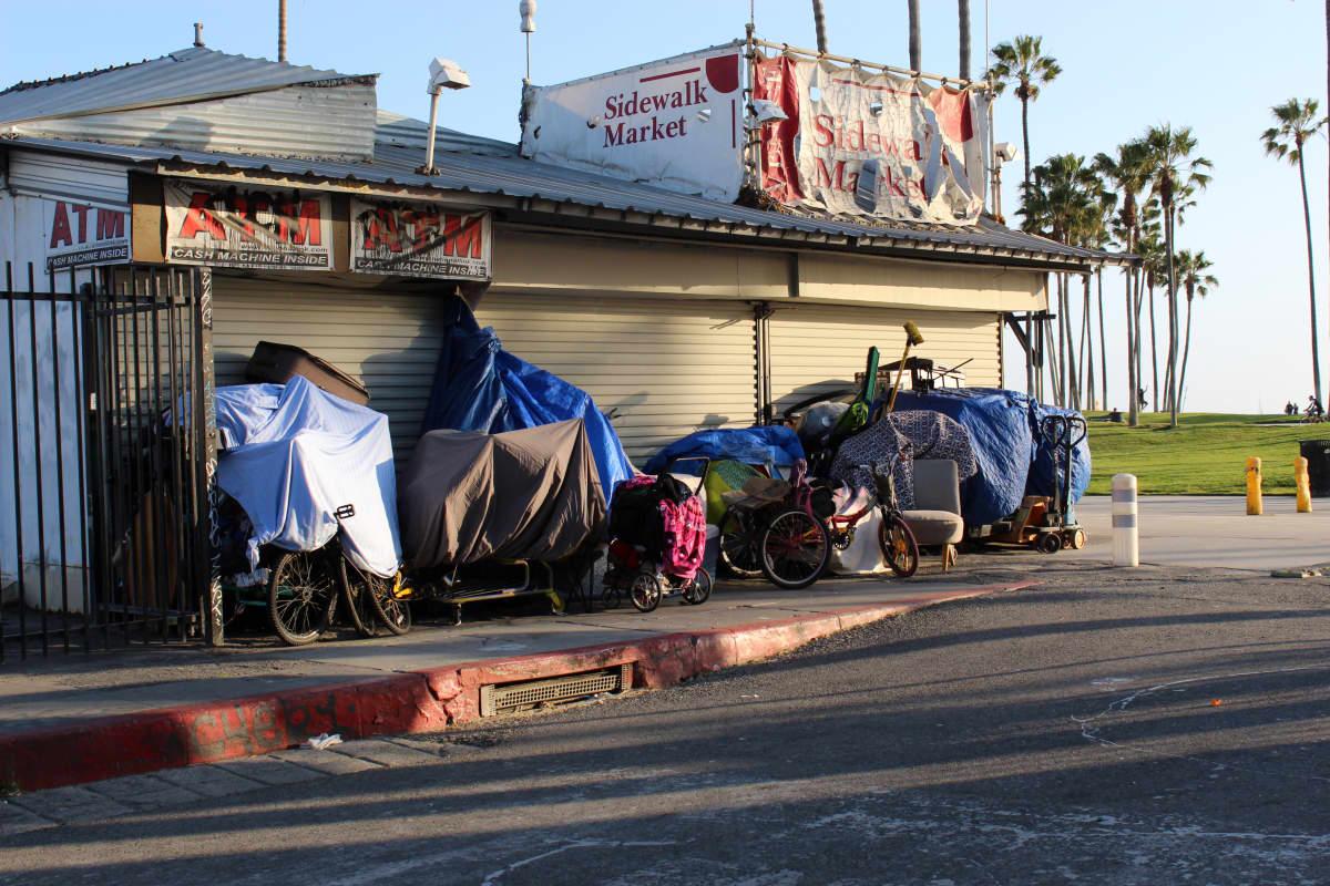 Kodittomien telttaleirit ja roskavuoret ovat pysyvä osa katukuvaa.