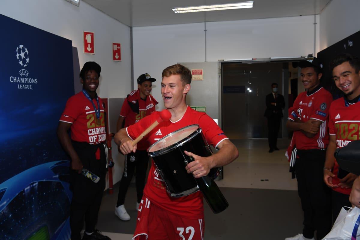 Joshua Kimmich hakkaa rumpua mestaruushuumassa Bayernin pukukopissa.