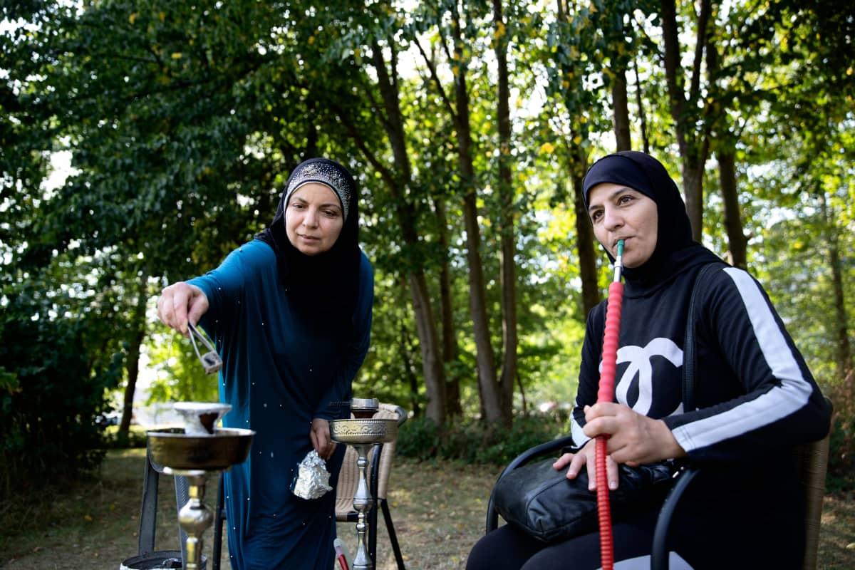 Nahed el Baba (oik.) tuli Libanonista Tanskaan aviomiehensä mukana 22 vuotta sitten. Hän on jäänyt  yksinhuoltajaäidiksi.