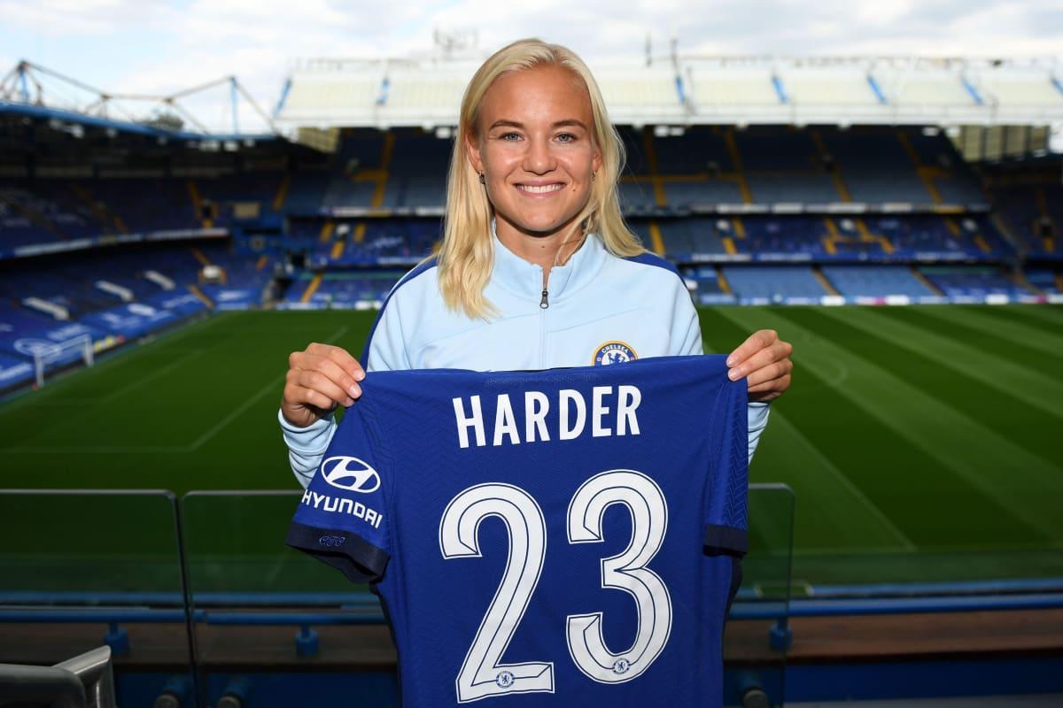 Pernille Harder kannattelee Chelsean paitaa.