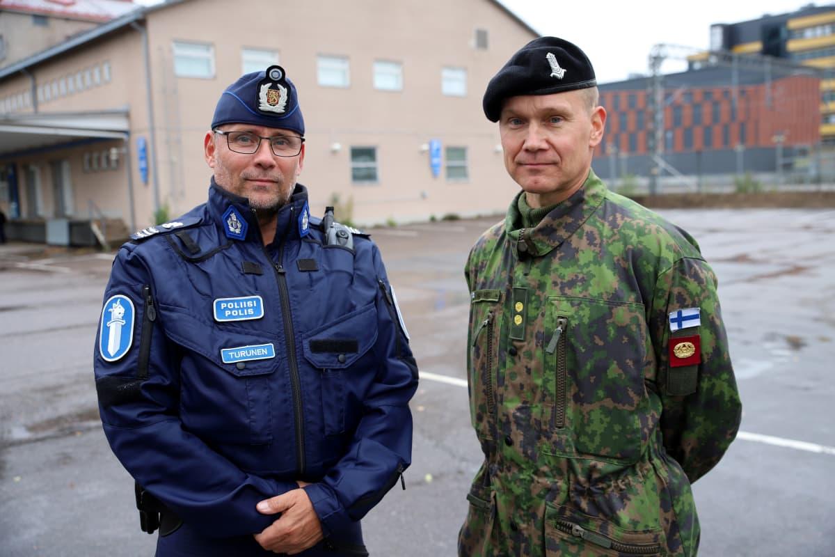 Virkaveljet yhteisissä harjoituksissa. Hämeen poliisilaitoksen komisario Ari Turunen ja Panssariprikaatin everstiluutnantti Hannu Koivisto.
