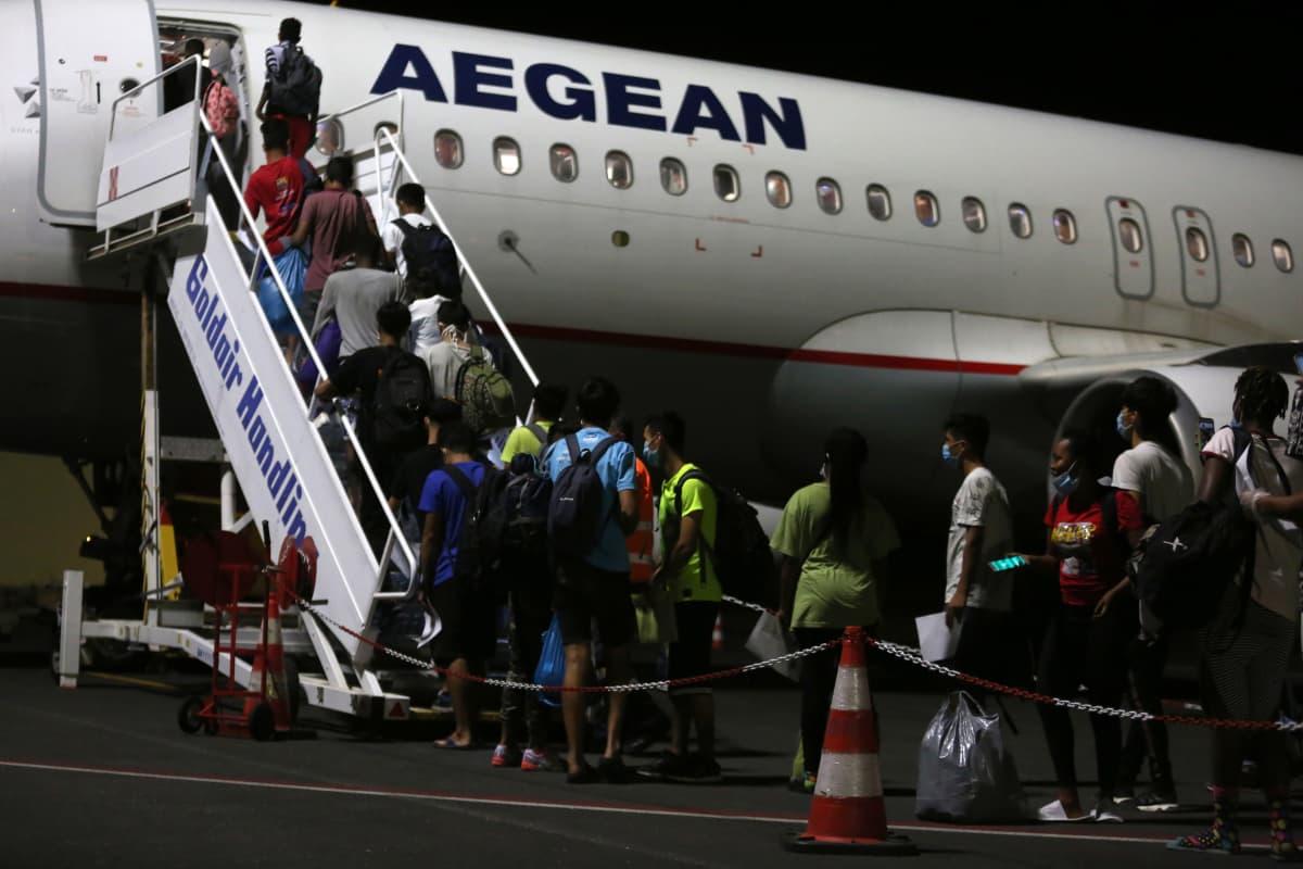 Väkeä nousemassa lentokoneeseen Lesboksen lentokentällä.