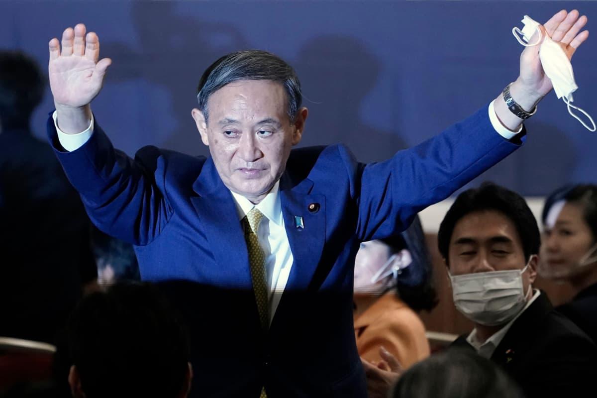 Yoshihide Suga juhli valintaansa Tokiossa maanantaina.