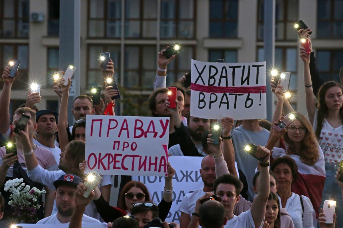 """""""Totuus Okrestinasta!"""" """"Ei enää valheita!"""" Mielenosoittajat vaativat oikeutta pahamaineiseen Okrestinan vankilaan joutuneille ihmisille."""
