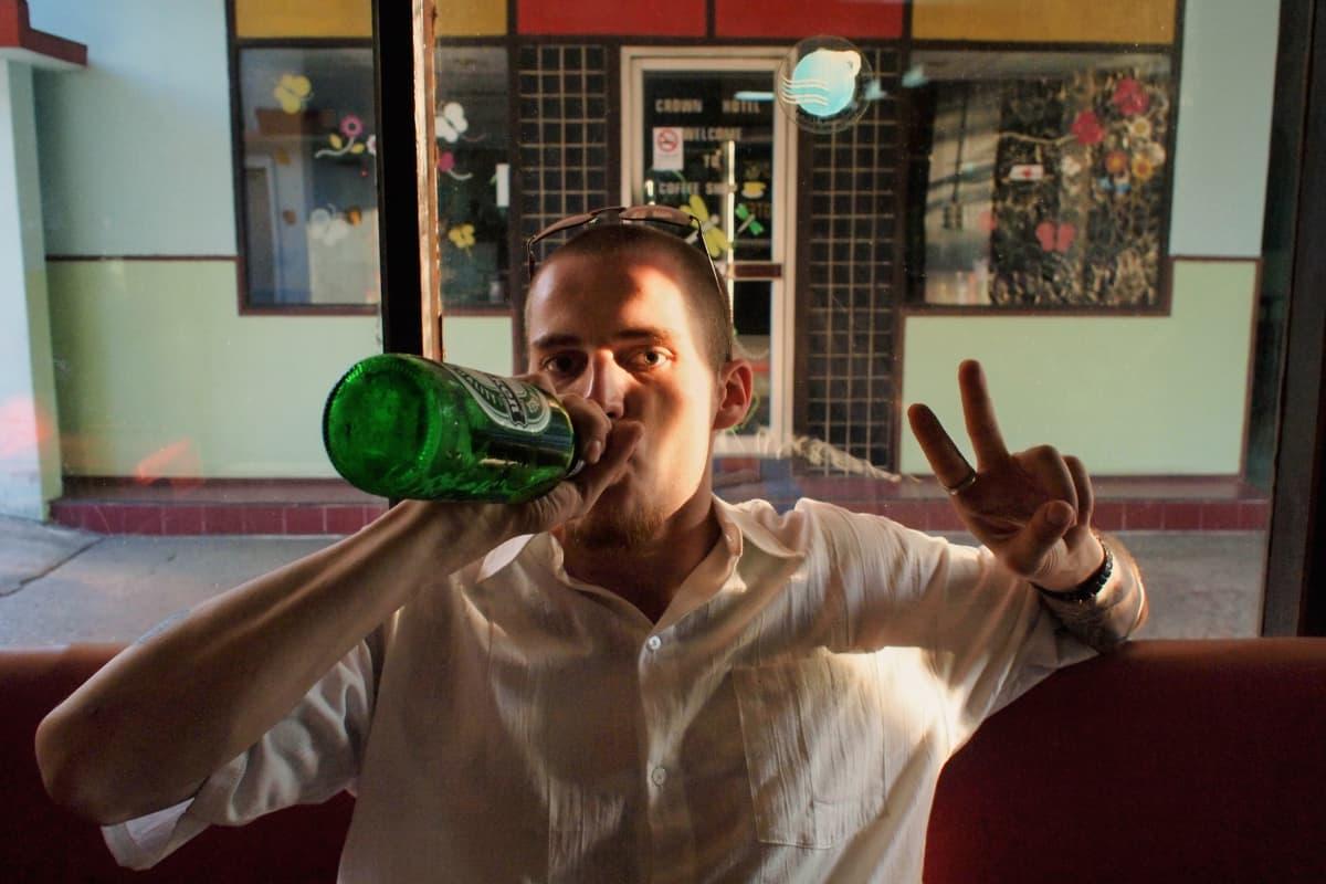 Jani juo olutta