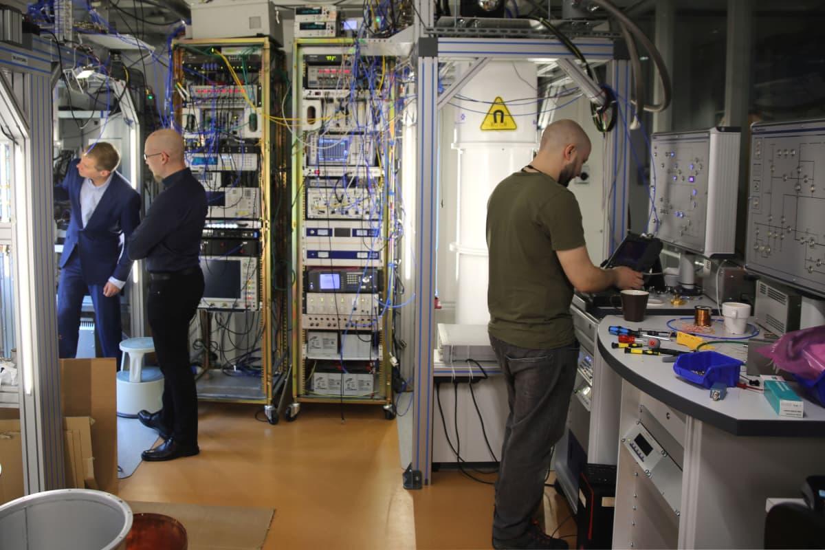 Kvanttilaskennan tutkijoita laboratoriossa.