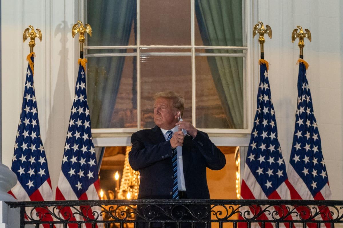 Presidentti Donald Trump Valkoisen talon parvekkeella.