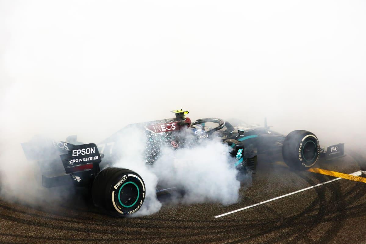Valtteri Bottas juhli Abu Dhabin kakkossijaa pyörittelemällä donitseja radan pintaan.