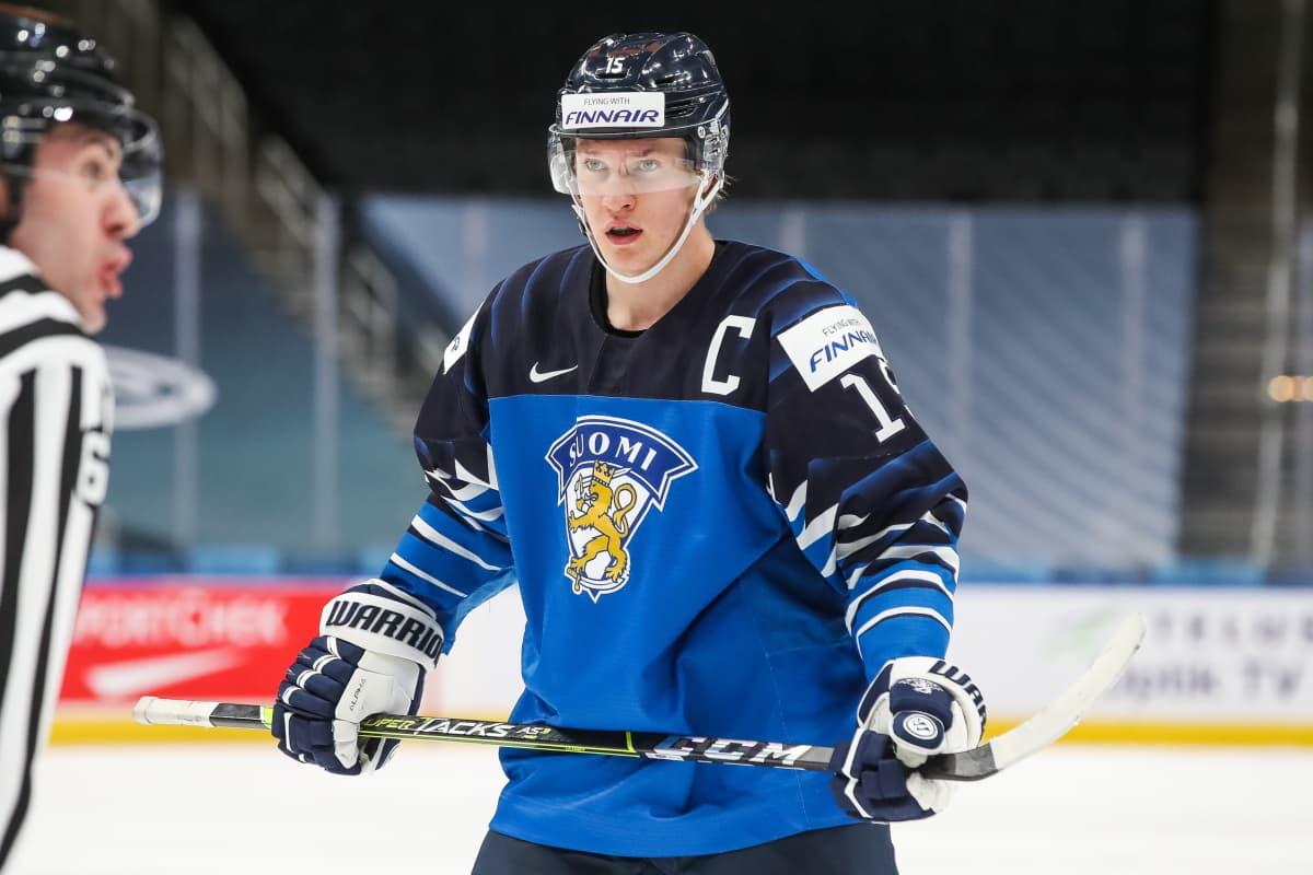 Nuorten Leijonien Anton Lundell aloituksessa.