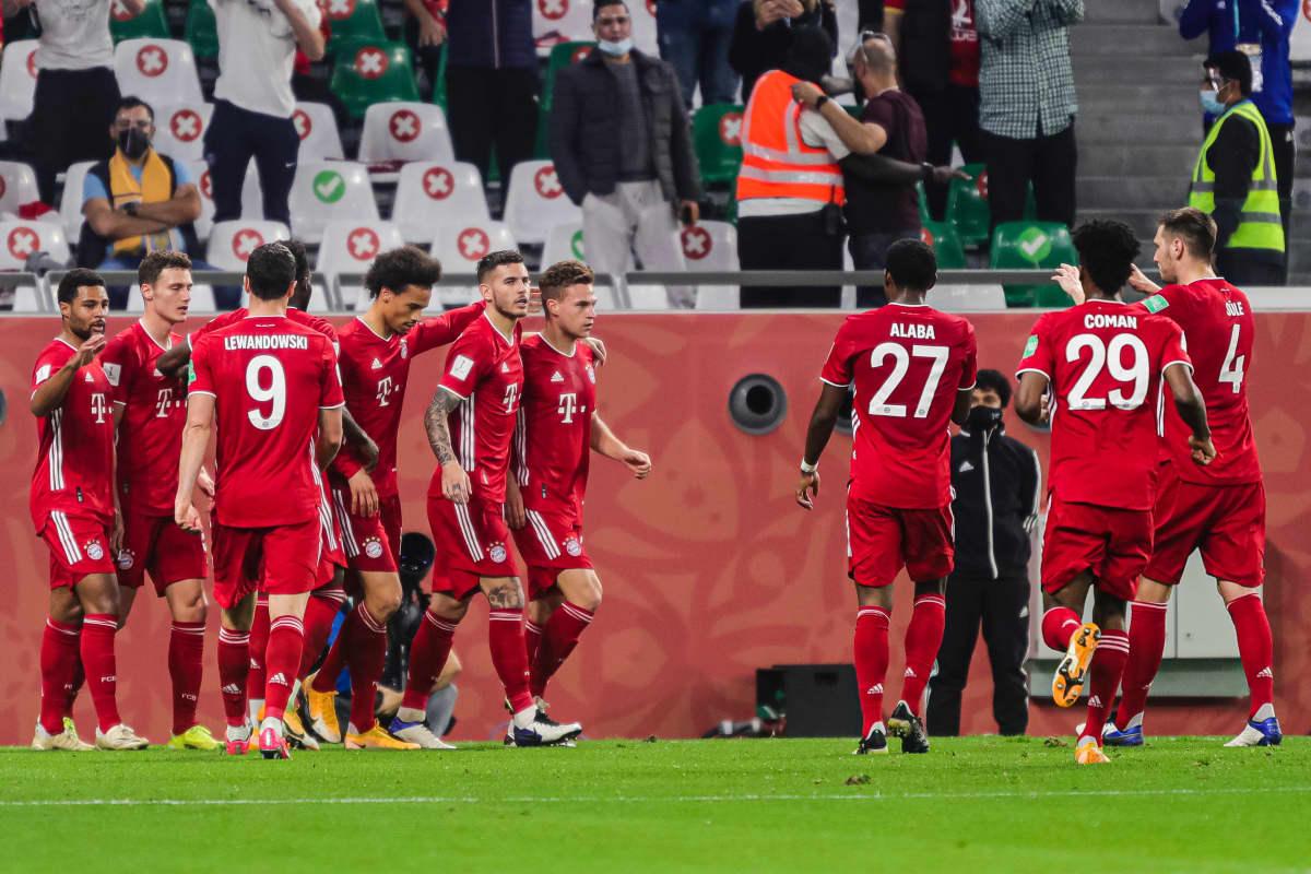 Benjamin Pavard juhlittavana Bayernin miehistössä