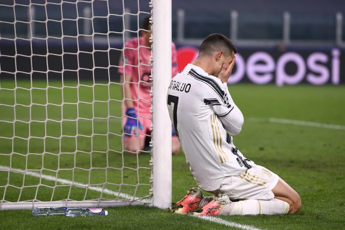 Christiano Ronaldo polvillaan kentän laidalla ja kädet kasvojen edessä.