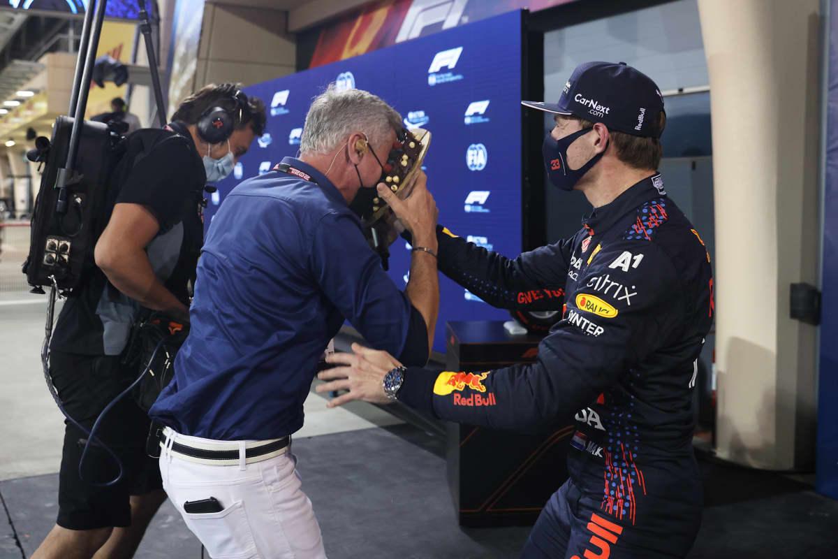 Max Verstappen iskee kakun David Coulthardin kasvoihin.