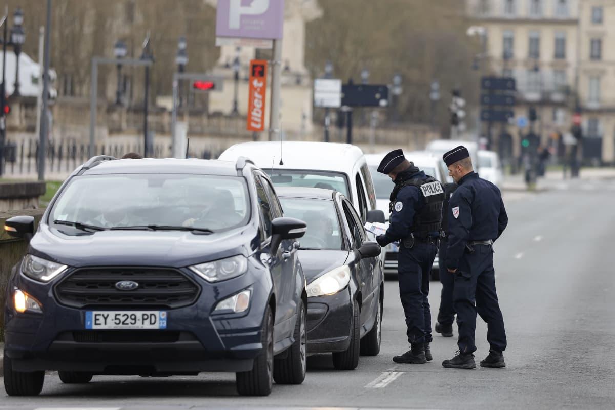 Ranskalaiset poliisit tarkastaa autolijoilta ulkonaliikkumiseen tarvittavaa todistusta Bordeauxissa, Ranskassa.