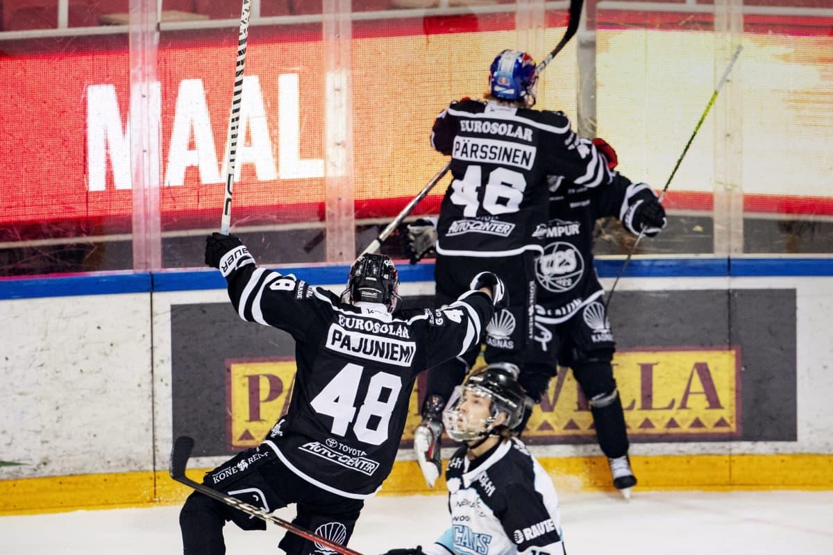 TPS:n pelaajat Lauri Pajuniemi (vas.) ja Juuso Pärssinen juhlivat Eemil Viron tekemää 1-1 -tasoitusmaalia 25.4.2021