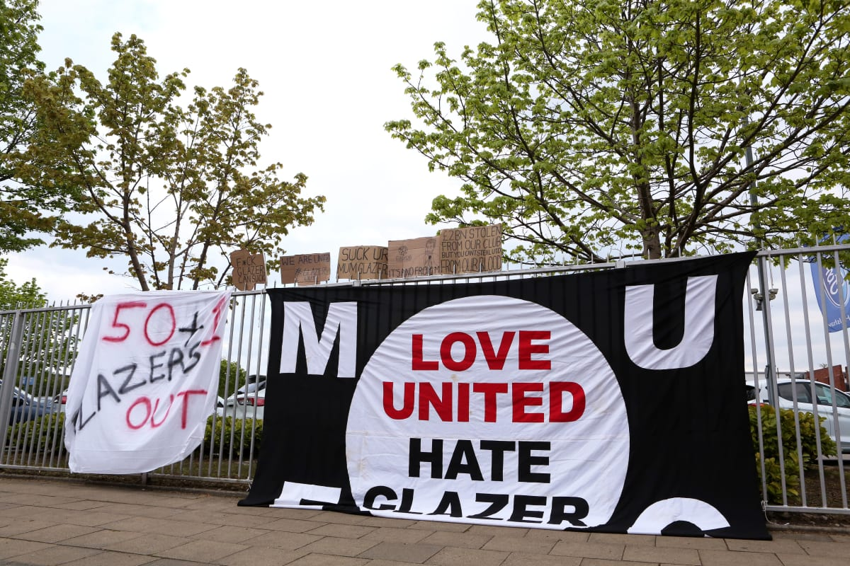 ManU-fanien seuran omistajia vastustava lakana kuvassa