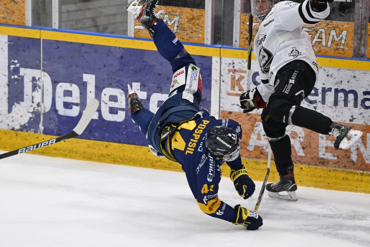 TPS:n Eemil Viro (oik.) taklaa polvella Lukon Kristian Pospisilia