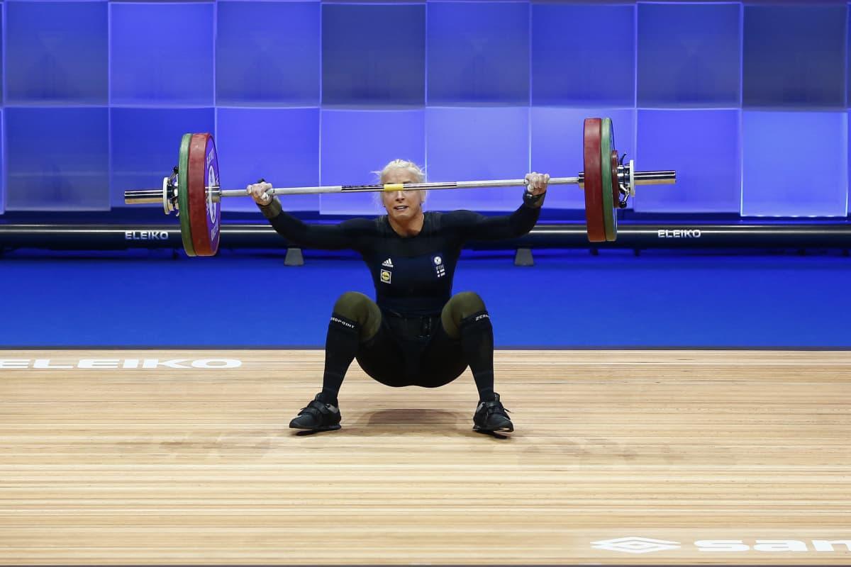 Anni Vuohijoki nostaa EM-kisoissa 2021.