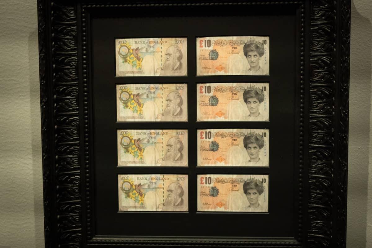 Banksyn tekemiä Diana-seteleitä A Visual Protest -näyttelyssä