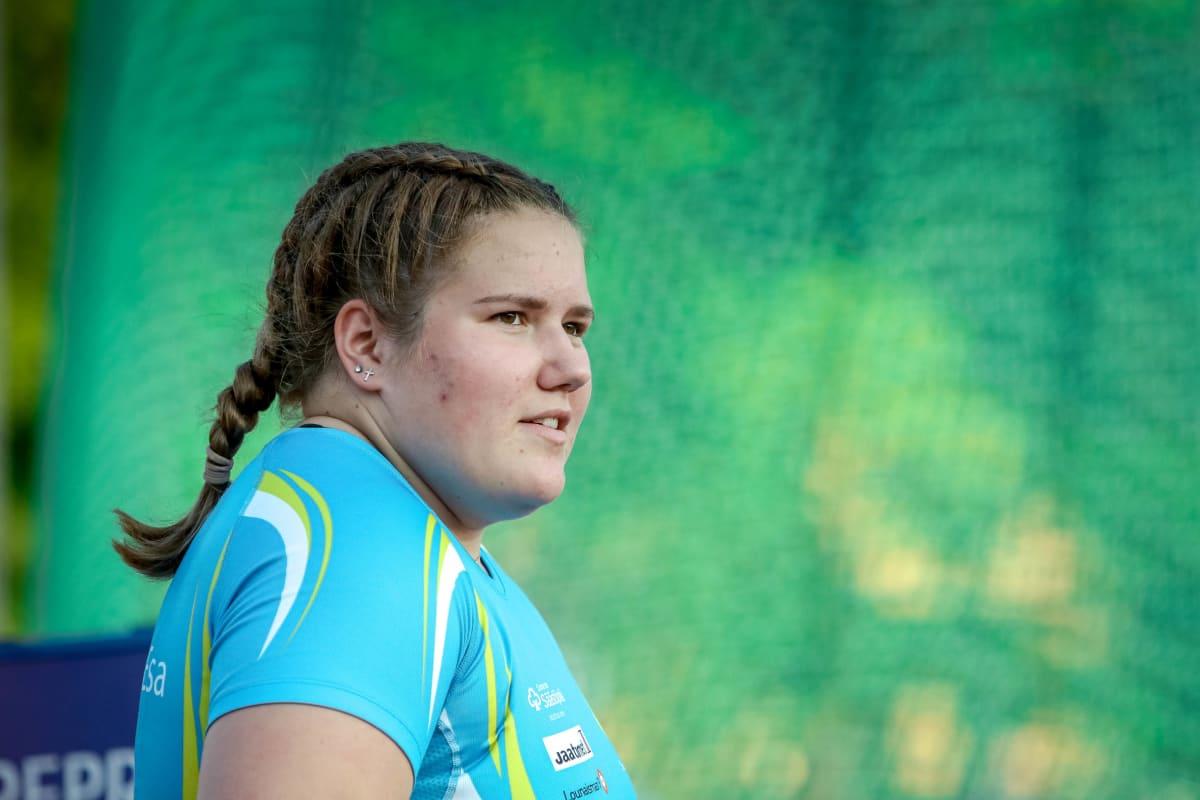 Silja Kosonen on 18-vuotiaana kovimpia suomalaisia yleisurheilulupauksia. Hänen nykyinen ennätyksensä on 72,44. Vuodesta 2013 jokaisessa olympia- ja MM-finaalissa pronssimitali on irronnut 74-metrisillä tuloksella.