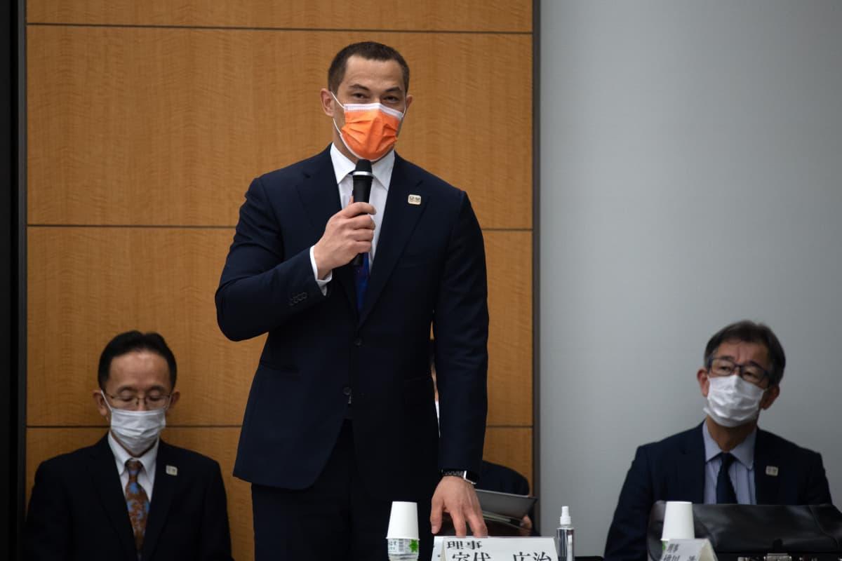 Koji Murofushi on Japanin tunnetuimpia urheilupersoonia. Nykyisin hän vaikuttaa korkea-arvoisessa tehtävässä maansa urheilupolitiikassa.
