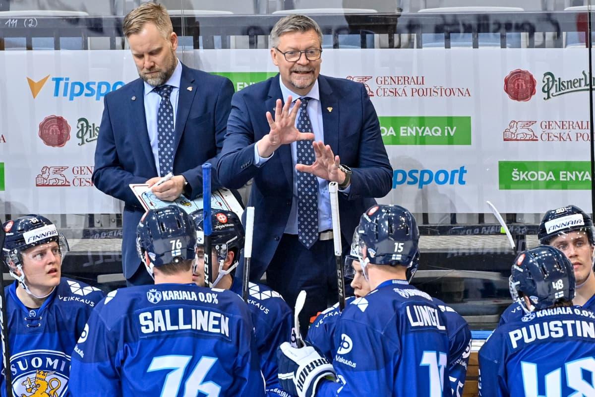 Jukka Jalonen jakaa Leijonille ohjeita Tshekin EHT-turnauksessa.