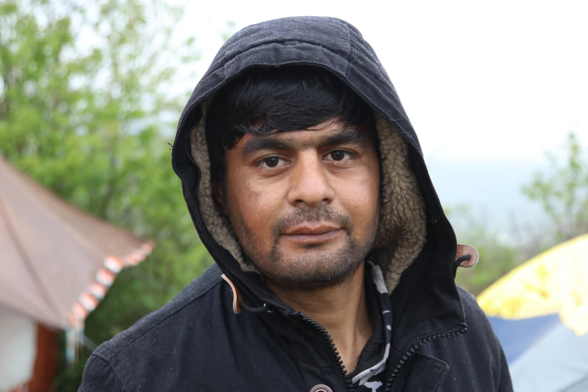 Mies teltan edessä, Reis Khan, Afghanistanista.