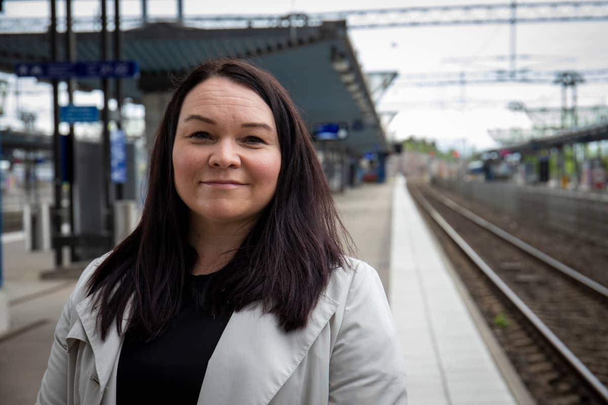 VR:n matkustajaliikenteen kaupallinen johtaja Johanna Jäkälä Pasilan asemalla.