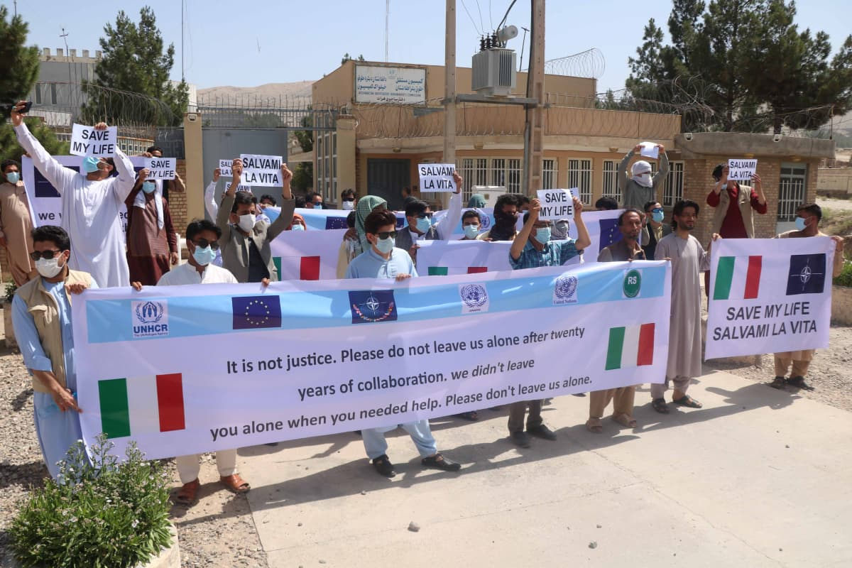 Miehiä osoittamssa mieltään Heratissa vaatimassa suojelua koska ovat työskennelleet  italiaisille joukoille.