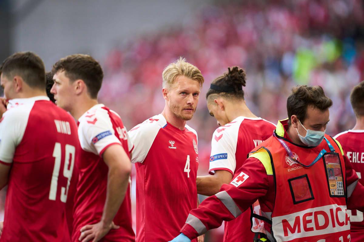 Tanskan kapteeni Simon Kjaer juoksi välittömästi Christian Eriksenin luo, kun tämä menetti tajuntansa kesken EM-ottelun Suomea vastaan.