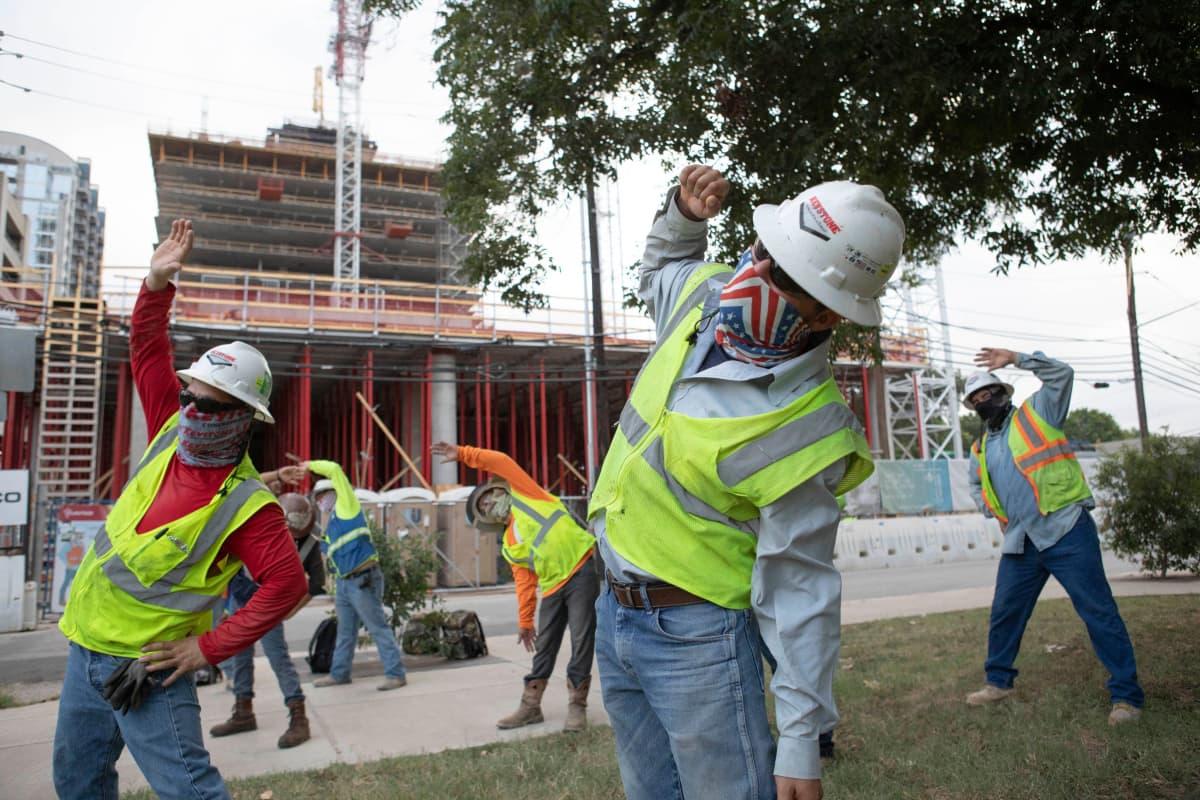 Rakennustyöntekijät voimistelevat