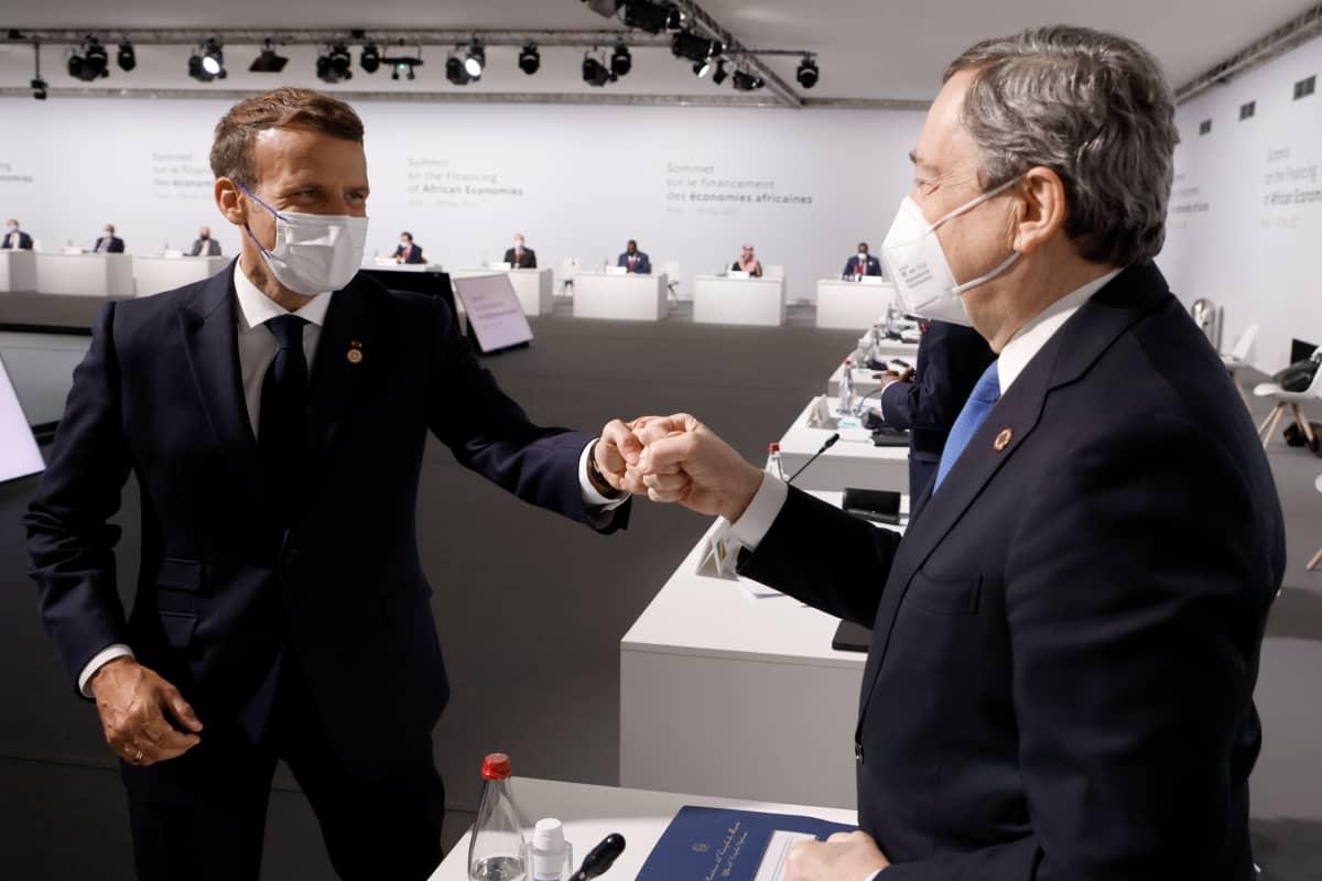 Macron ja Draghi antavat toisilleen nyrkkitervehdyksen.
