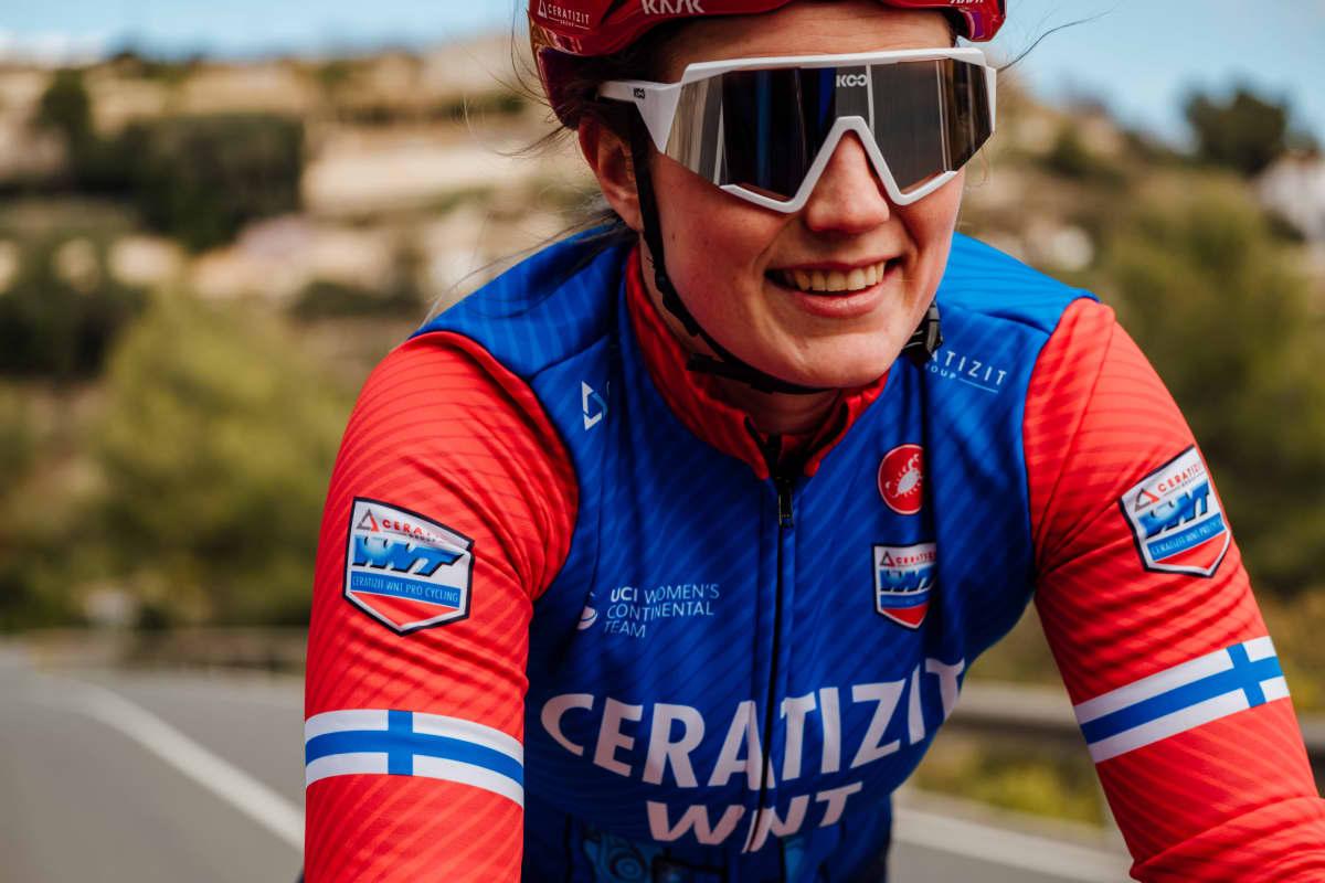 Ammattipyöräilijä Lotta Henttala.