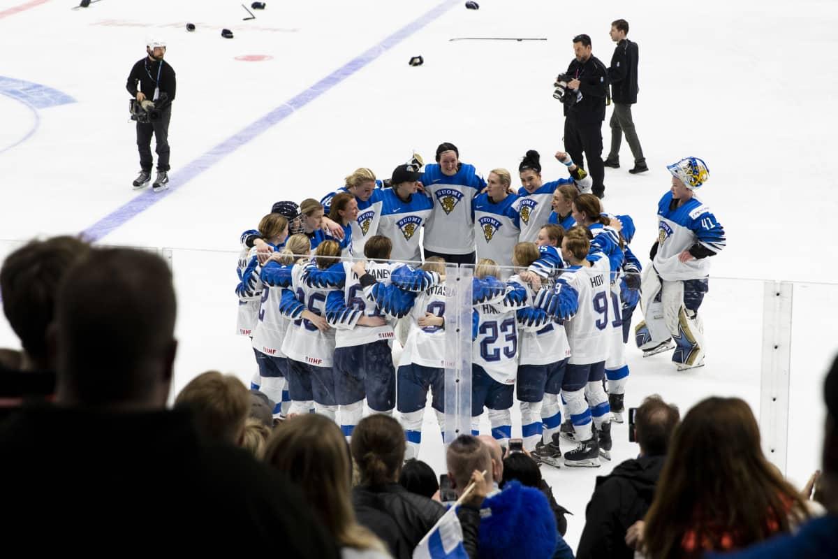 Naisleijonat odottaa jatkoerämaalin videotarkistusta MM-finaalissa 2019