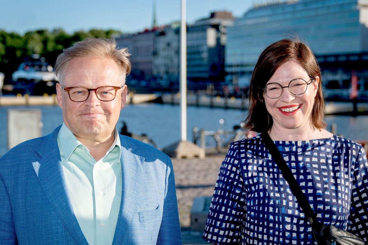 Juhana Vartiainen ja Anni Sinnemäki  kauppatorilla.