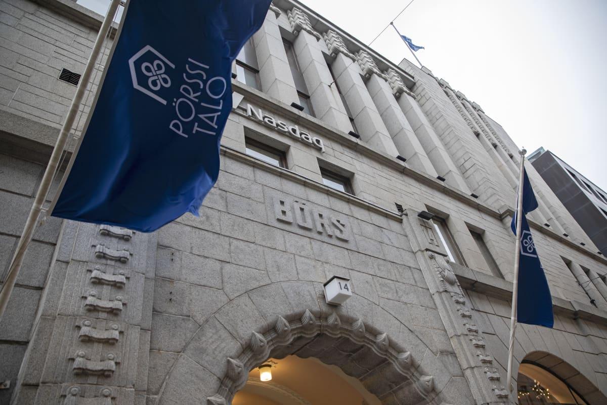 Pörssitalon seinää ja lippuja