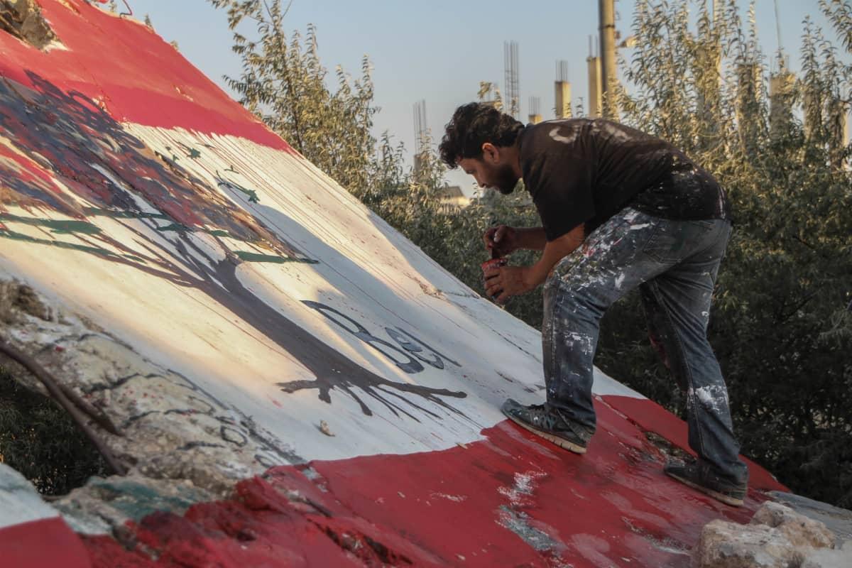 Syyrialainen taiteilija maalasi Idlibissä seinämaalauksen Beirutin uhrien muistoksi.