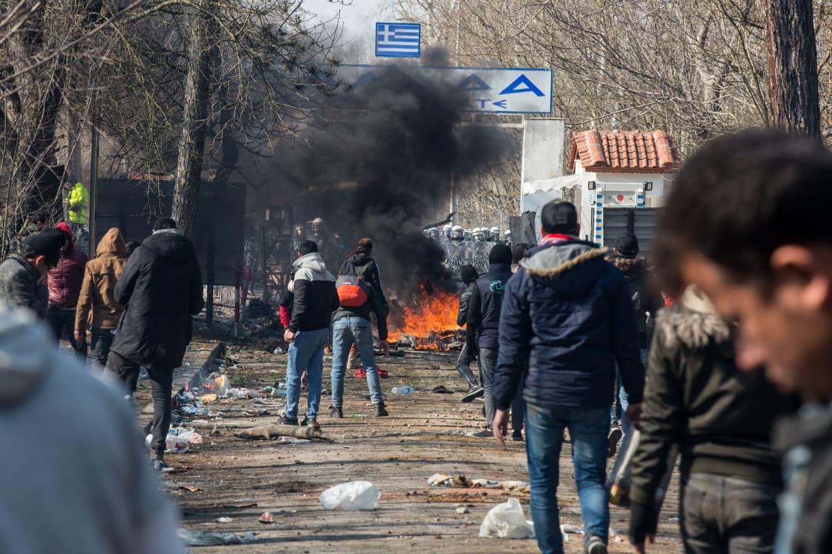 Pakolaisia ja siirtolaisia pyrkimässä Turkista Kreikkaan helmikuussa 2020.