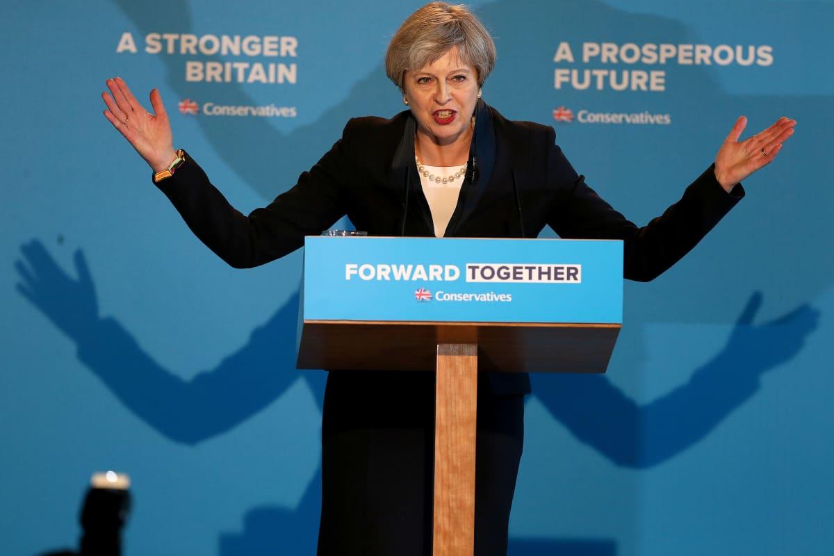 Britannian pääministeri Theresa Mayn esitteli konservatiivipuolueen vaaliohjelman Halifaxissa Pohjois-Englannissa 18. toukokuuta 2017.