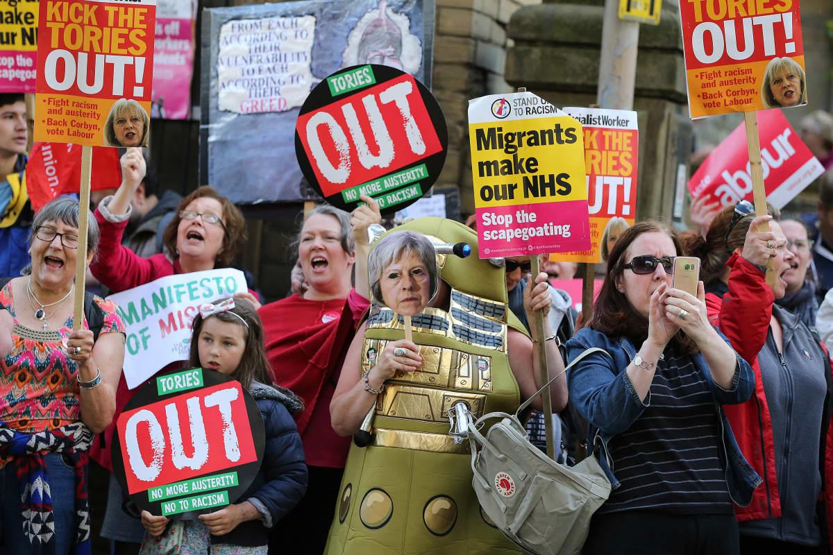Mielenosoittajat vastustivat pääministeri Theresa Mayta ja konservatiivipuoluetta Halifaxissa Pohjois-Englannissa 18. toukokuuta 2017.