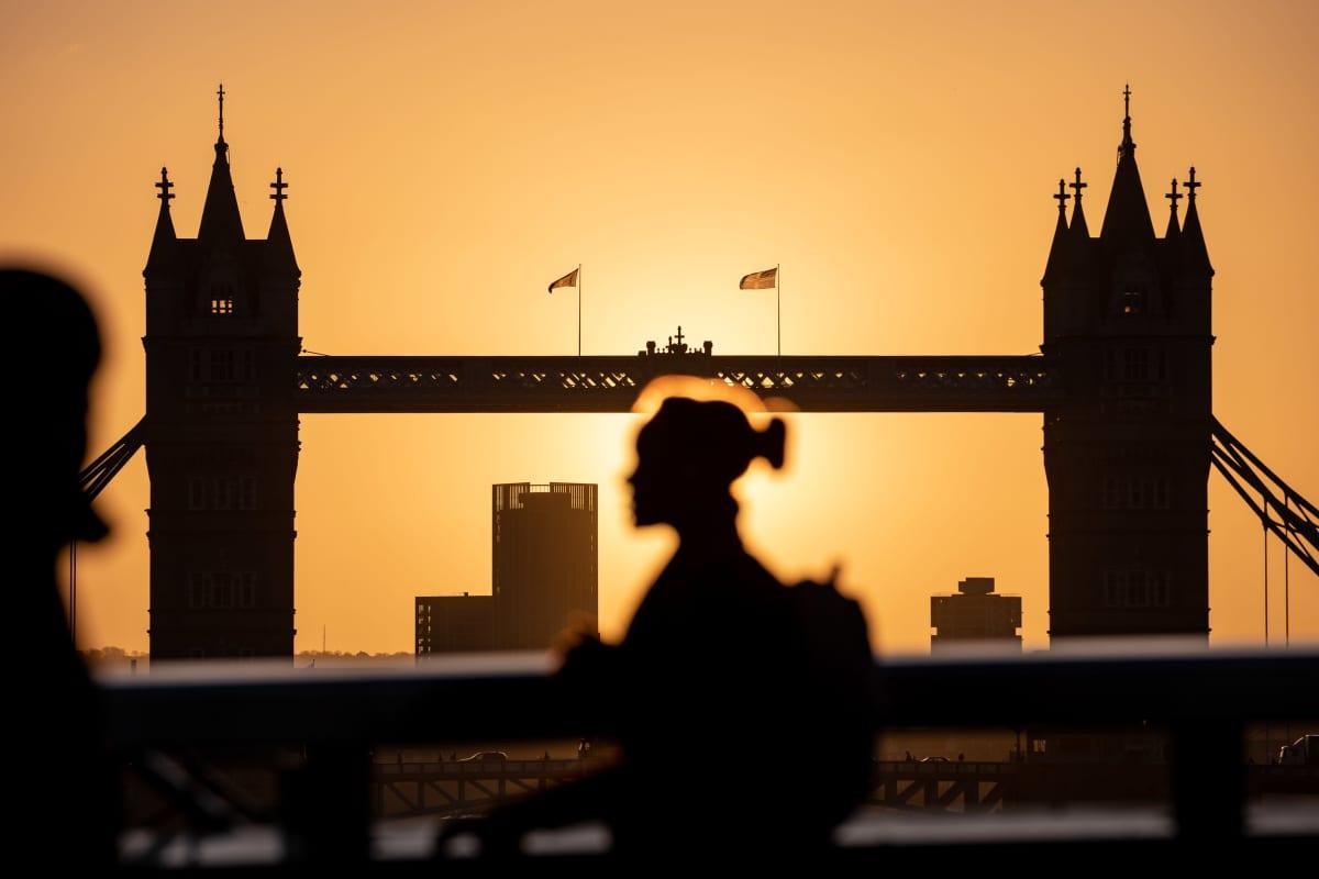Nainen kävelee Lontoon aurinkoisessa aamussa 11. helmikuuta 2020.