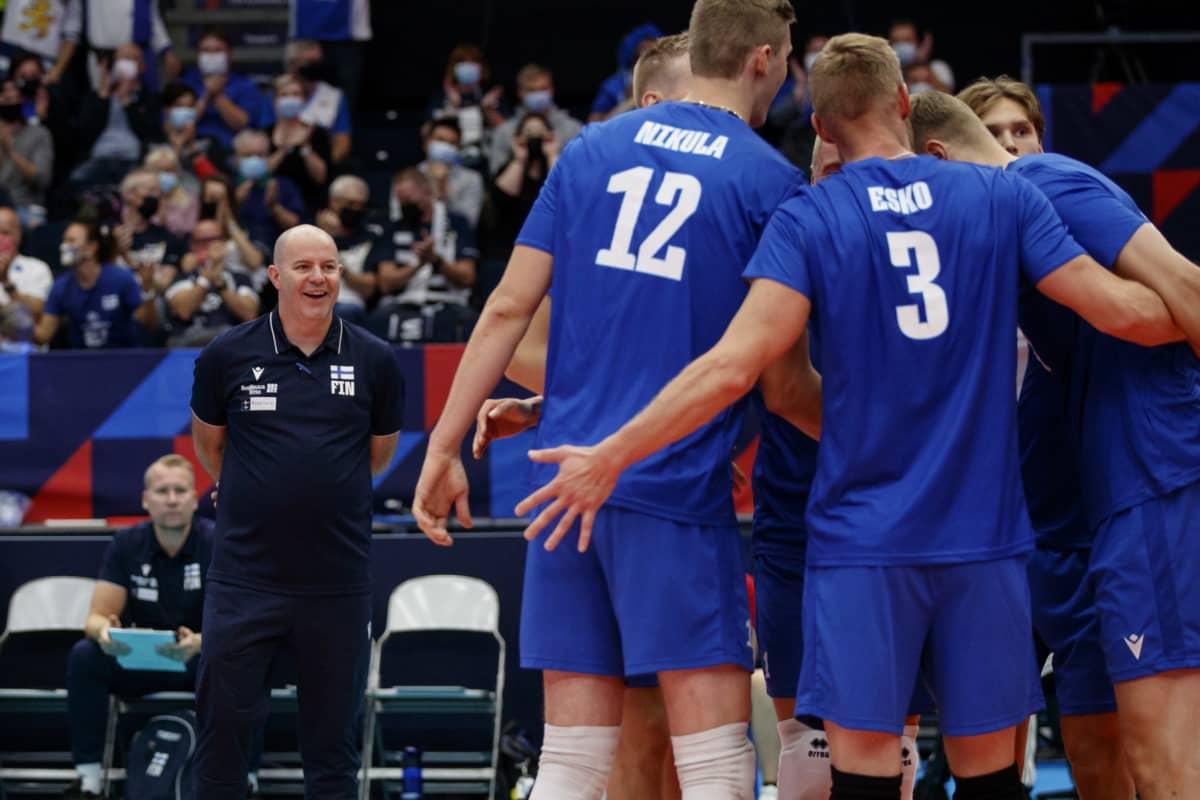 Päävalmentaja Joel Banks seuraa joukkuettaan.