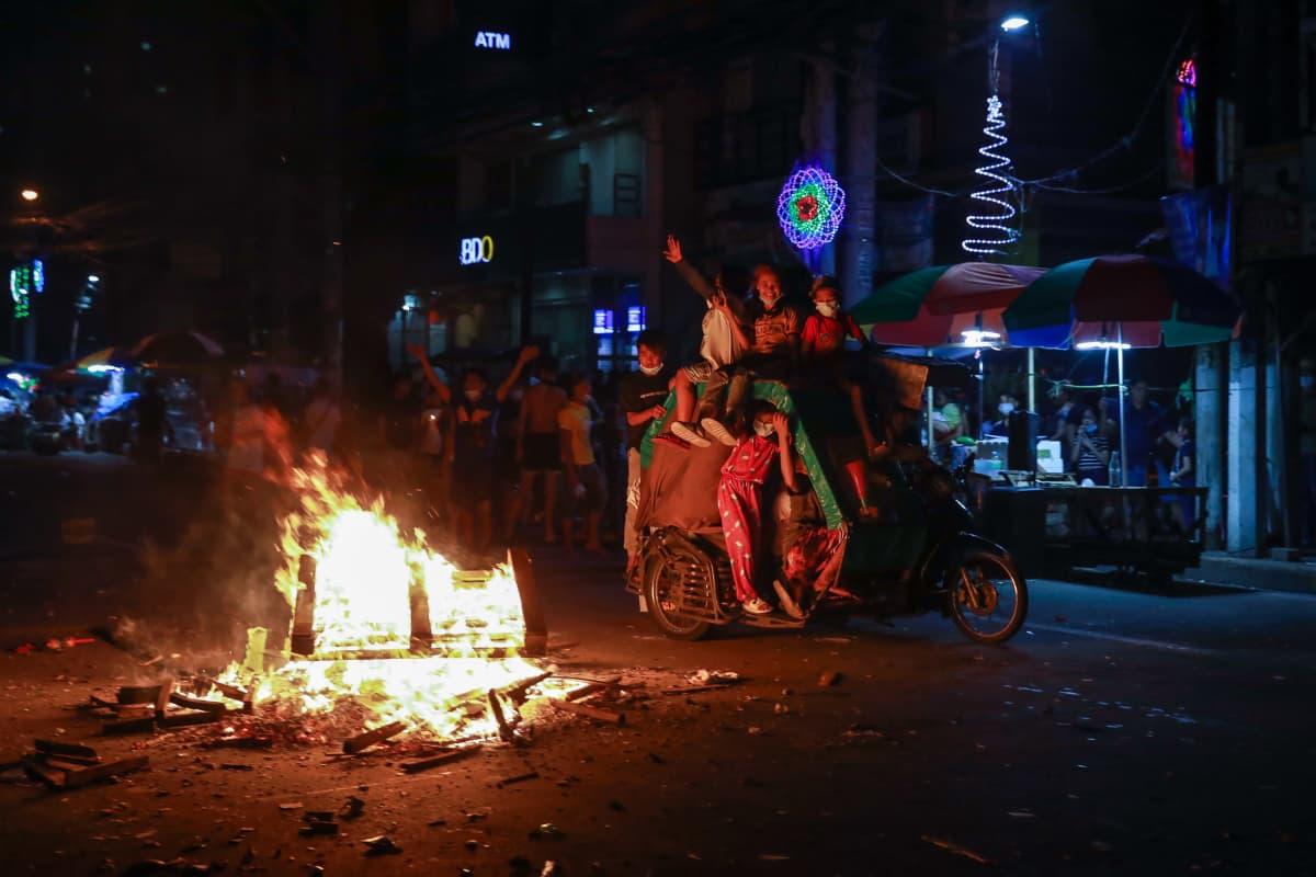 Manilassa Filippiinien pääkaupungissa lapset juhlivat kadulla uutta vuotta 2021.