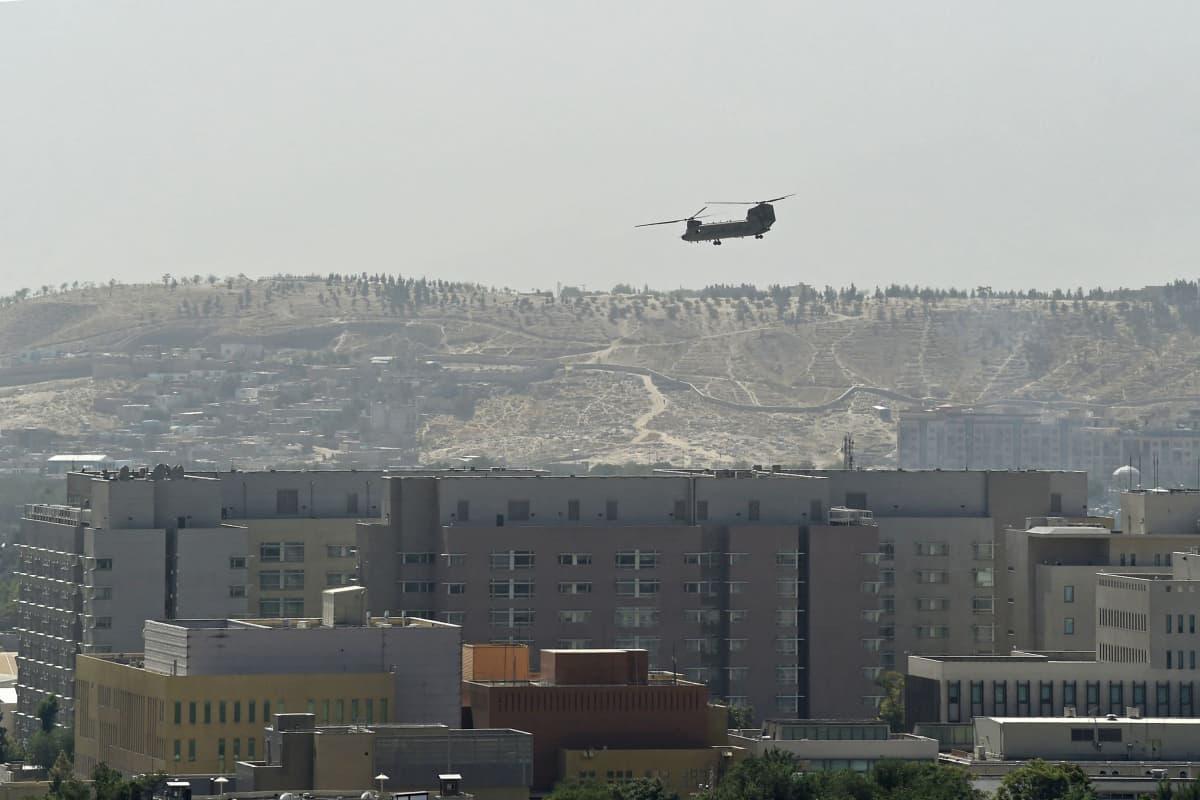Yhdysvaltain helikopteri lentää Yhdysvaltain suurlähetystön yllä Kabulissa.