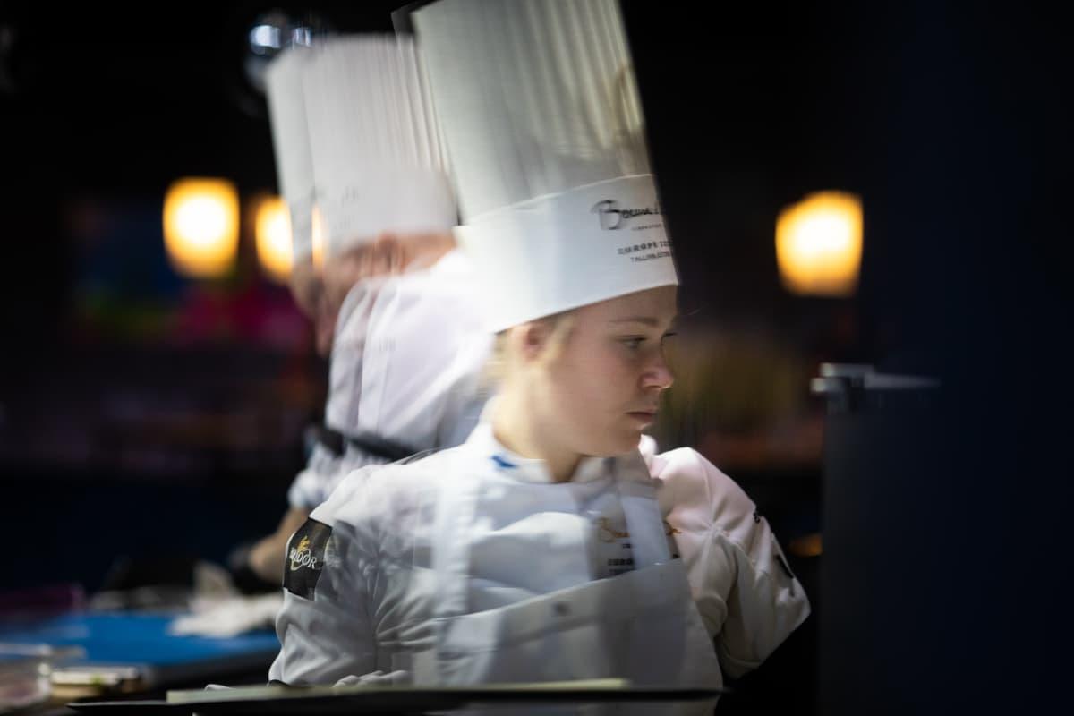 Mikko Kaukosen assistenttina toimi 22-vuotias Anni Peräkylä, joka on nuoresta iästään huolimatta työskennellyt esimerkiksi maineikkaassa ravintola Palacessa.