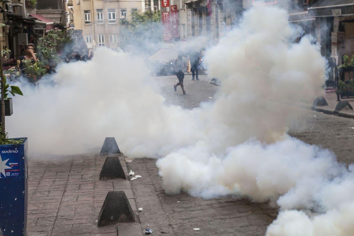 Kyynelaaksualeijuu ilmassa Istanbulissa,  poliisin hajotettua Pride-kulkueen kesällä 2016.