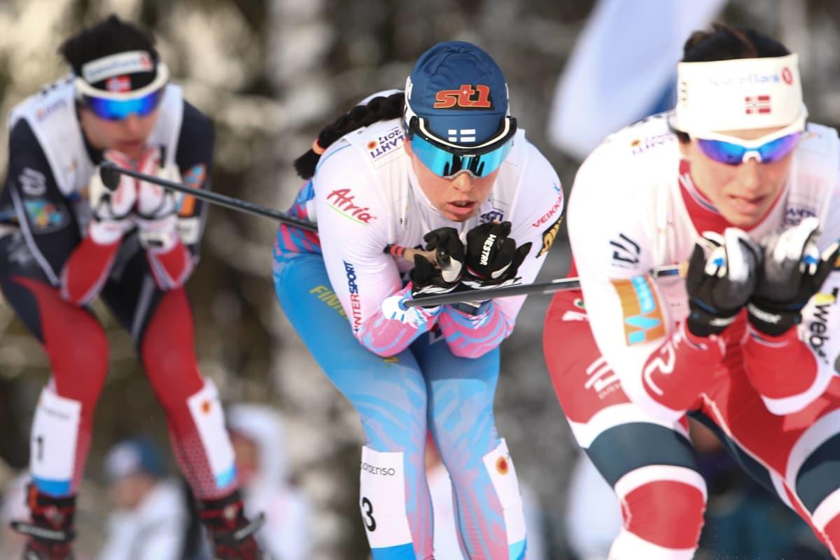 Krista Pärmäkoski (kuvassa keskellä) taistelee maailmanmestaruudesta Norjan Marit Björgeniä (edessä) ja Heidi Wengiä (takana) vastaan.